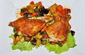 Куриные окорочка, запеченные на овощах