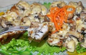 Жареное филе щуки под сыром с грибами