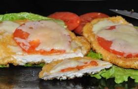 Куриные отбивные с помидорами и сыром
