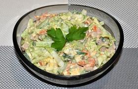 Салат с печенью трески, овощами и яйцом