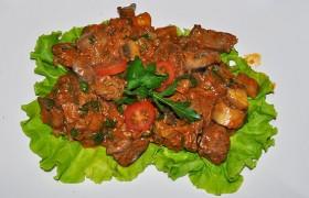 Куриная печень с грибами в томатном соке