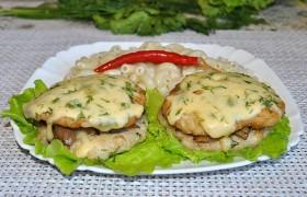 Куриные котлеты, запеченные с грибами и сыром