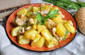 Курица, тушенная с картошкой