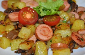 Жареная картошка с грибами и сосисками