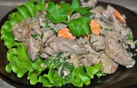 Куриная печень с зеленой фасолью и сметаной