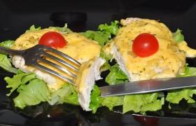 Куриные отбивные с ананасами и сыром