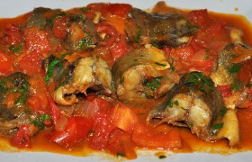 Тушеная навага в томатном соусе с помидорами