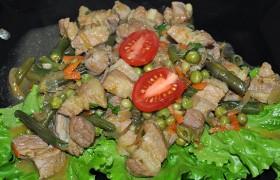 Свинина со стручковой фасолью и горошком