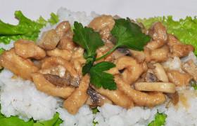 Жареная куриная грудка с грибами в соусе