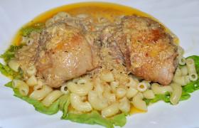 Куриные бедрышки в луково-сметанном соусе
