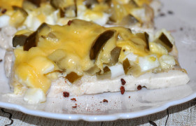 Куриные филе с яйцом, огурцами и сыром