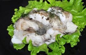 Белая рыба с травами в пергаменте